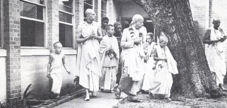 Gurukula Teachers and Childrens with Srila Prabhupada