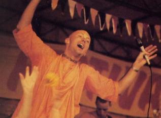 Dhrstadyumna Swani Leads the Kirtan