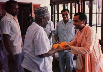 Zanzibar President Wakil Receives Bhagavad-Gita From Navyogendra Swami