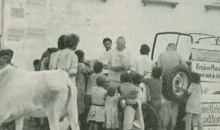 Devotee Distribute The Krsna Prasadam in Jaipur