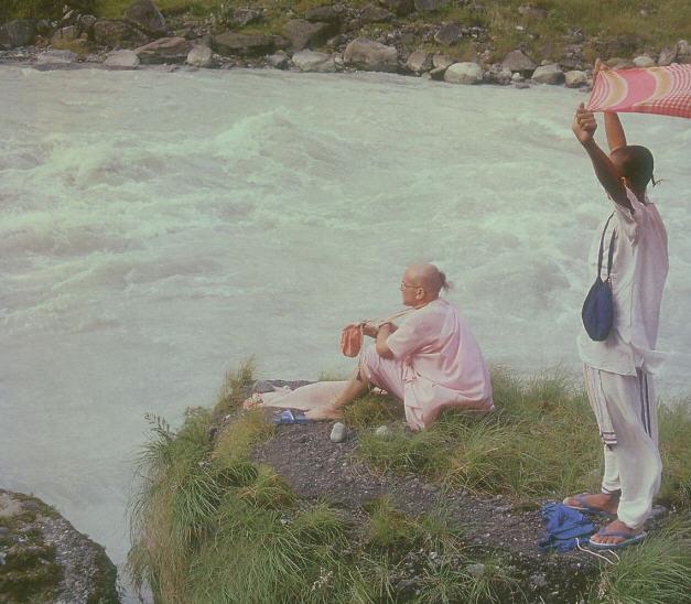 Mahavisnu Swami Chanting at Ceti-Gandaki River