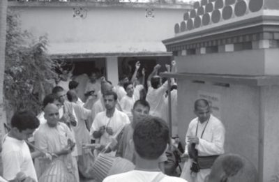 Harinama At a Samadhi of Srila Madhavendra Puri