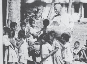 Lokanath Maharaja with Childrens