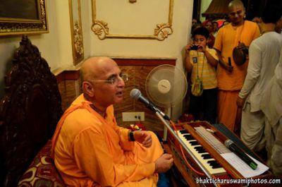 bhakti-charu-swami-in-kolkata-iskcon-temple-on-26th-march-2012-02
