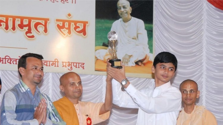 Muslim Student Wins First Prize in Gita Contest